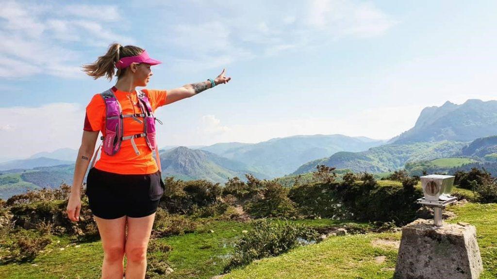 Sarah court dans le pays Basque